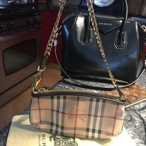 Burberry Clara Wristlet. Gold Chain. 👛